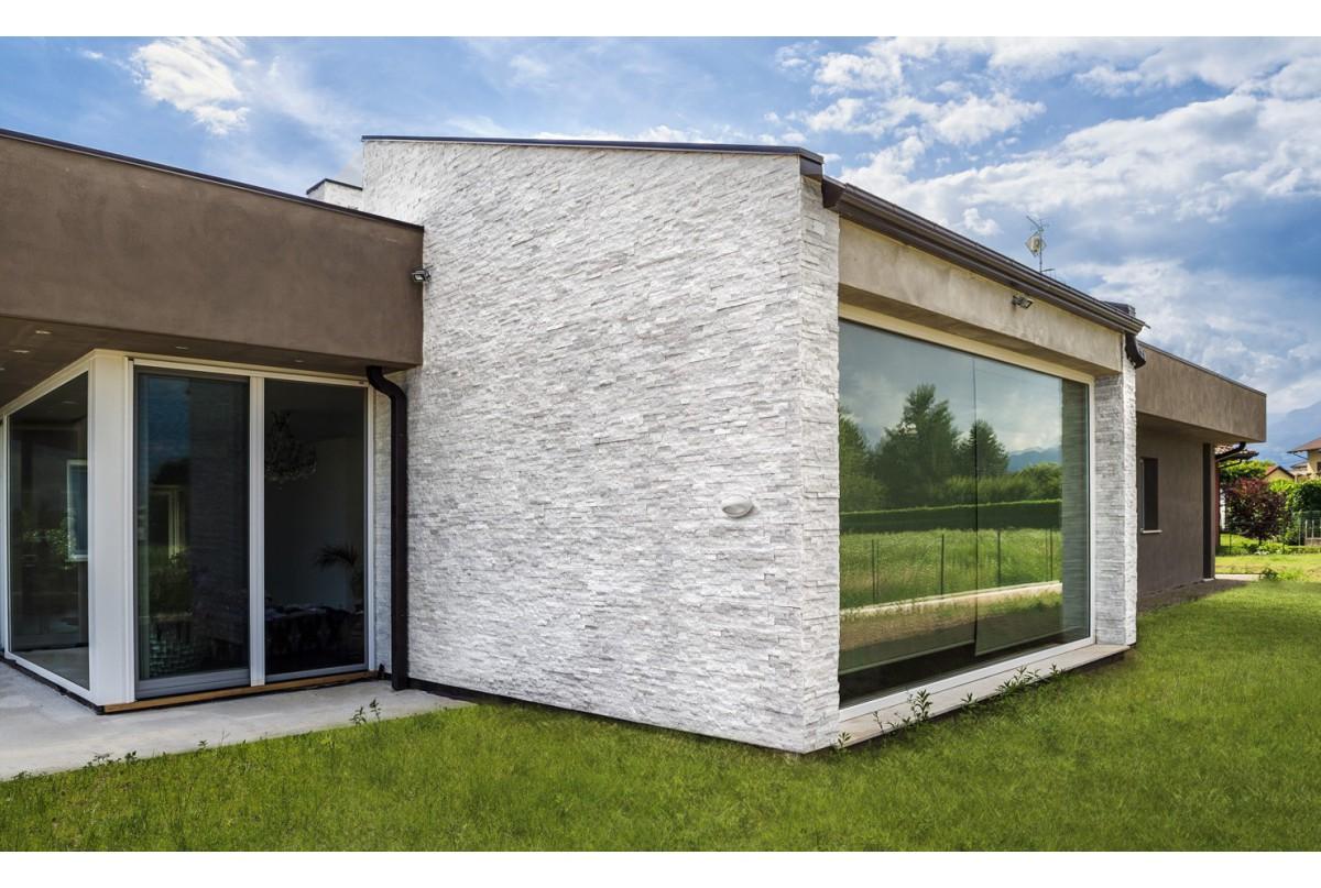 Scaglia bianca l 39 eleganza di un muro rivestito con vera for Facciate case moderne