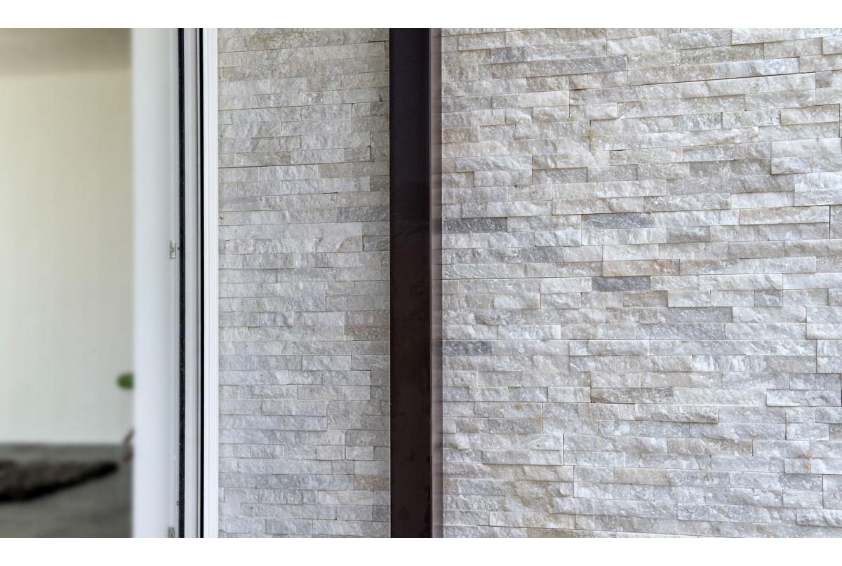 Pietre Bianca Per Interni scaglia bianca | l'eleganza di un muro rivestito con vera